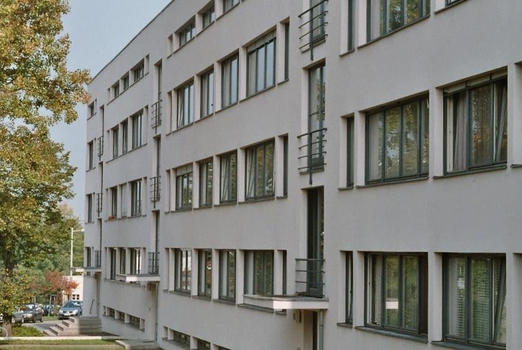 Blok na osiedlu mieszkaniowym Weissenhof na wystawę Werkbundu w Stuttgarcie w 1927 roku, projekt Mies van der Rohe. Stalowa konstrukcja umożliwiła swobodne rozplanowanie każdego z 24 mieszkań