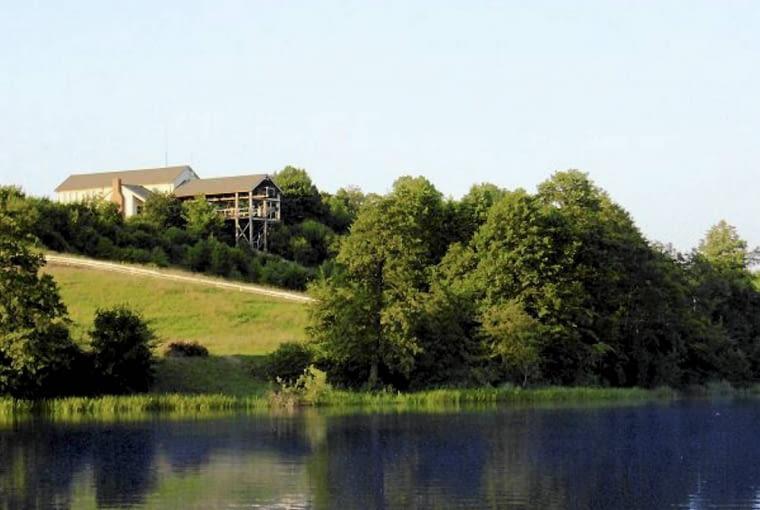 Architektom udało się w pełni wykorzystać walory wysokiej skarpy, skąd rozpościera się rozległy widok na jezioro