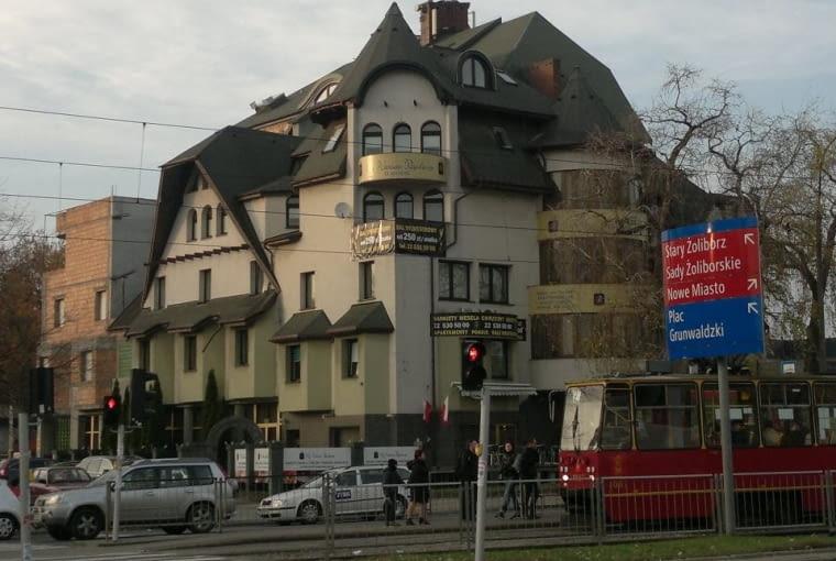 Czarny Kot w Warszawie. Upiorny hotel straszy od 20 lat