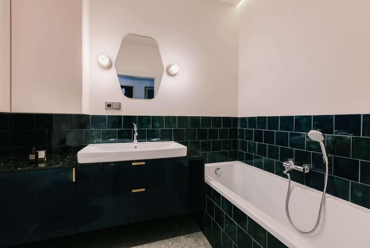 Druga łazienka ma piękny kolor szmaragdowej zieleni, który w połączeniu z pudrowym różem ścian i bielą armatury prezentuje się zjawiskowo.