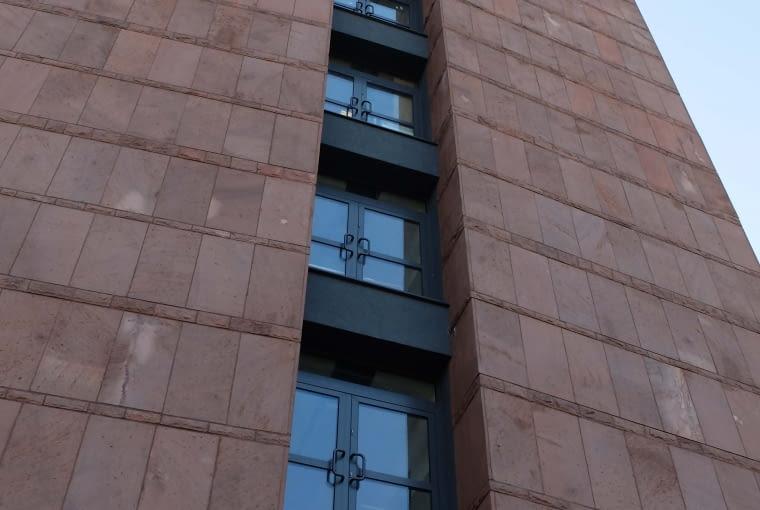 Budynek komendy policji w Częstochowie - czyżby drzwi na tarasy?