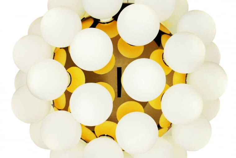 Moss: Jedna kula nie wystarczy? Dla projektanta Filipe'a Lisboa to za mało, więc postanowił ozdobić ją mniejszymi kulkami i powtykał w abażur białe żarówki. Zabieg prosty a efekt zaskakująco piękny. Nad stołem wygląda jak unoszący się biało-złoty balon. Ok. 20 000 zł, Viso, visoinc.com