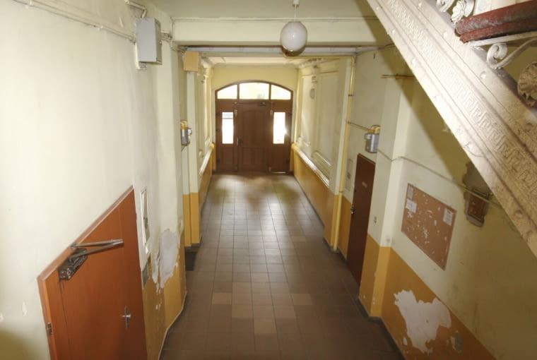 Zdjęcie klatki schodowej w XIX-wiecznej kamienicy w Gliwicach wykonane przed modernizacją.