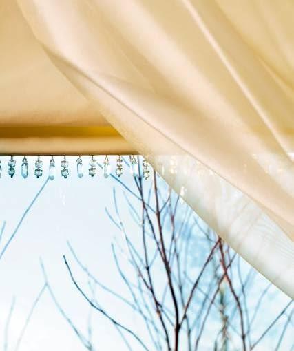 DEKORACJE OKIEN - STROJNA ELEGANCJA. Ozdobą prostych rolet są wisiorki z przezroczystych kryształków.