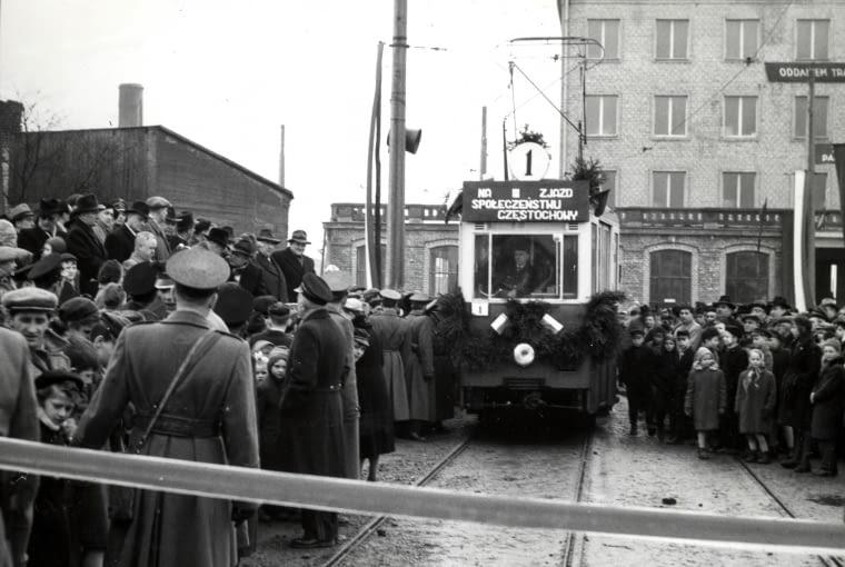 Otwarcie linii tramwajowej 8 marca 1959 r. W tle biurowiec MPK