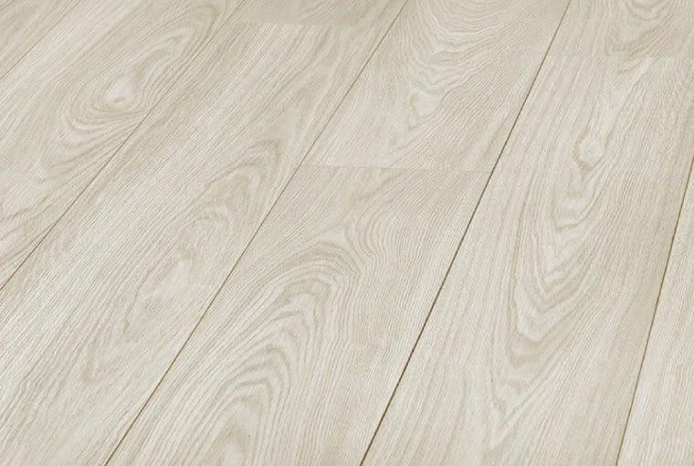 Jesion CordobaPlatinium Flooring Exclusive /kronopol Klasa ścieralności: AC4 klasa użyteczności: 32 wymiary: 193 x 1380 mm; grubość 8 mm V-fuga, struktura drewna szczotkowanego 9 paneli w paczce. Cena: 36,99 zł/m2, www.kronopol.pl