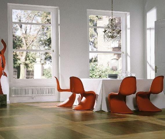 Biel jako tło dla efektownych, czerwonych krzeseł