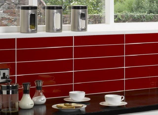 Ściana nad blatem kuchennym wyłożona płytkami, których wysokość jest dokładnie wielokrotnością jej wysokości