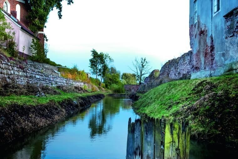 Fosa oddziela zamek od morąskiego starego miasta.