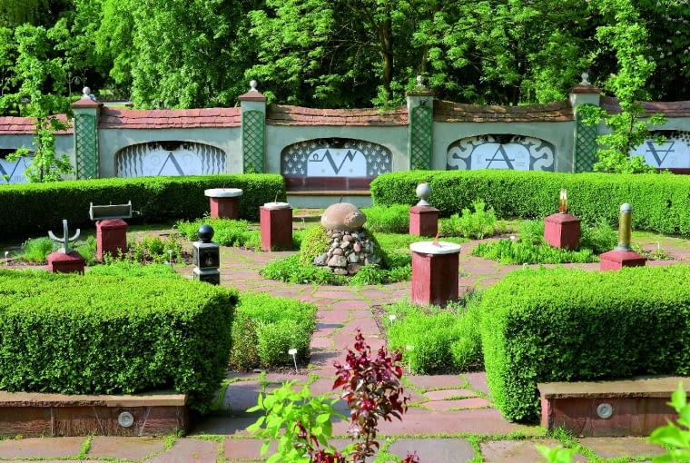 Ogródek aptekarski to kolekcja najstarszych roślin leczniczych i ekspozycja zegarów słonecznych.