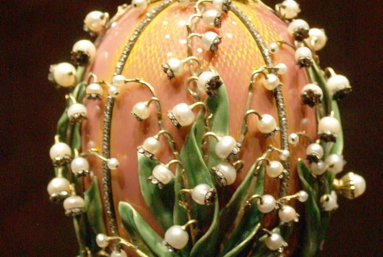 Jajo fabergé Pochodzące ze zbiorów w Rzymie jajo carskie z motywem zdobniczym w formie konwalii.