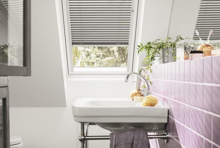 łazienka na poddaszu, okna dachowe