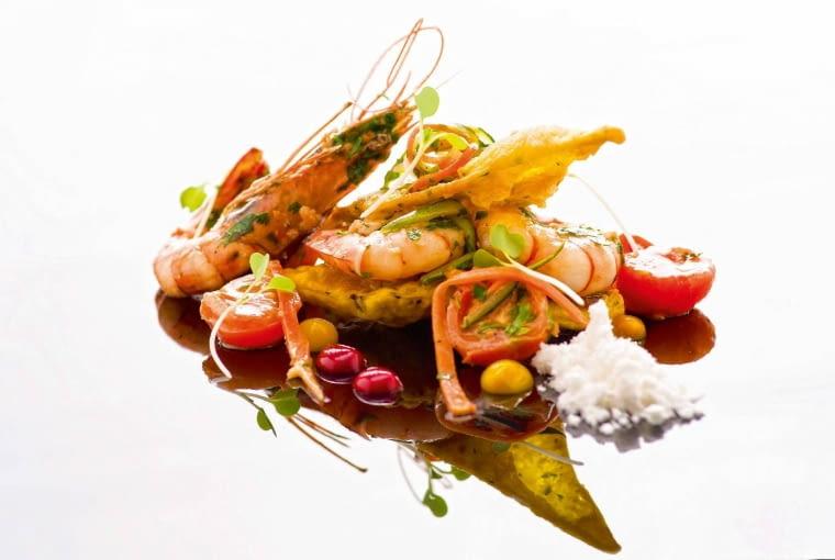Krewetki z ziołowym ciastkiem, pomidorkami i pudrem z oscypka