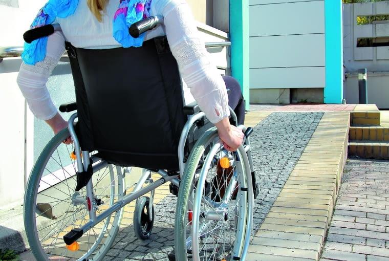 Dzięki wygodnym podjazdom osoby na wózku mogą swobodnie przemieszczać się po ogrodzie.