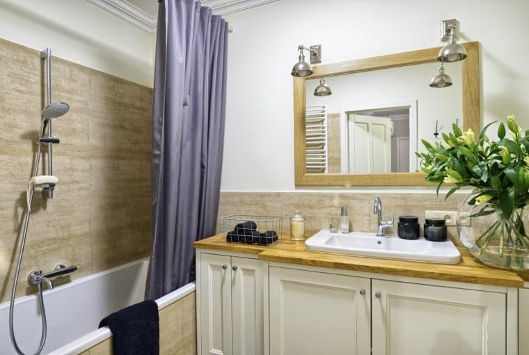 Prysznic marzył się Dagmarze od dawna. Nad wanną, która pozostała zpoprzedniego wyposażenia łazienki, zamontowano więc rączkę natryskową izawieszono zasłonkę chroniącą podłogę przed zachlapaniem.