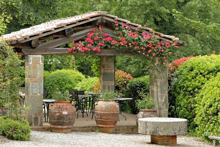 Altanka z pnączem - w rozpalonym słońcem ogrodzie musi być przecież trochę cienia dla ochłody.