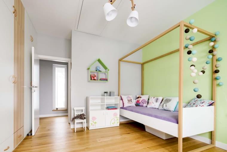 Wszystkie pokoje na piętrze należą do dzieci - kolejno: jedenasto-, ośmio-, pięcio- i dziewięciolatka, a ich wyposażenie oddaje dziecięce potrzeby i charaktery
