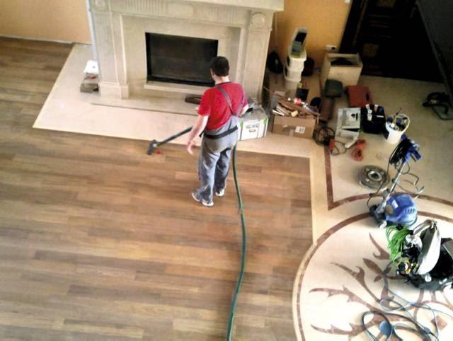 Po cyklinowaniu podłogę należy starannie odkurzyć i odpylić