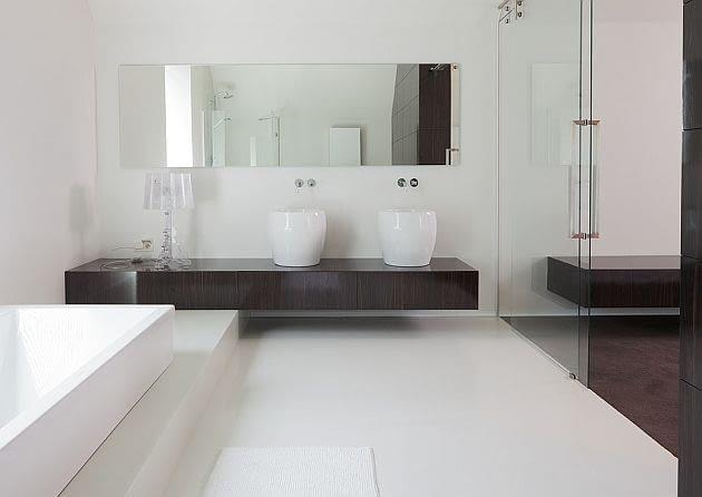 Tę samą łazienkę zdobią również w dwie elegancki umywalki-misy
