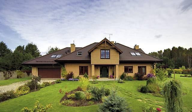 Wykończony klinkierową licówką budynek sprawia wrażenie solidnego i 'zasiedziałego' - to prawdziwy rodzinny dom na dużej działce z dala od miasta
