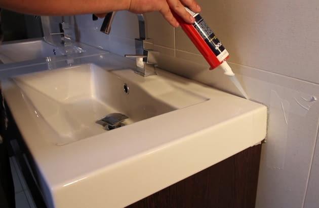 Uszczelnianie silikonem umywalki