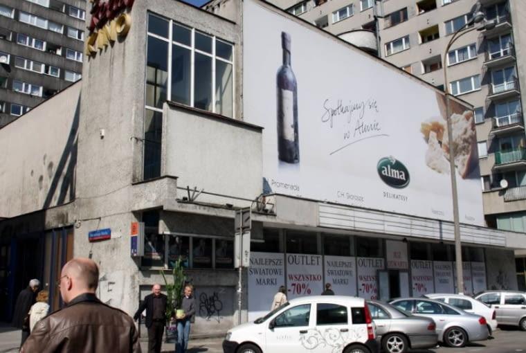 Budynek kina Relax stanowi część Ściany Wschodniej, układu urbanistycznego z lat 60. projektu Zbigniewa Wacławka