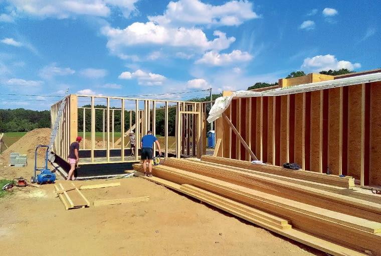 Zlecenie budowy domu drewnianego doświadczonej ekipie gwarantuje bezbłędne wykonanie prac i ich prowadzenie zgodnie z ustalonym w umowie harmonogramem