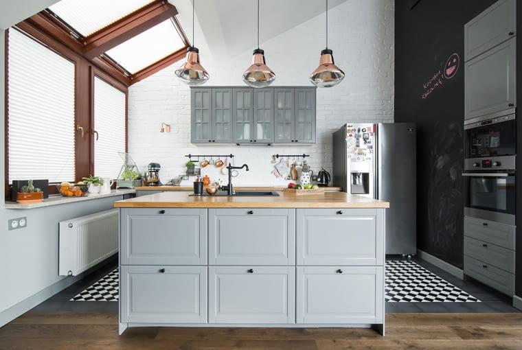 W kuchni wprowadzono industrialny dodatek w postaci wiszących lamp. Jedna ze ścian pokryto tablicówką, na której można zapisywać przepisy.Centralnym punktem w sa