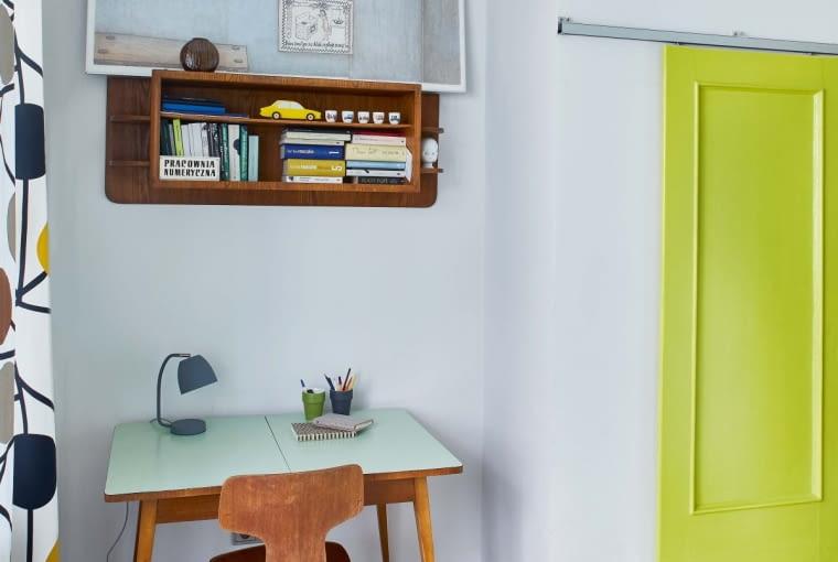 Kącik do pracy w sypialni. Zdobyte na internetowej aukcji stół i krzesło vintage idealnie komponują się ze współczesną lampką (model It's about RoMi ze sklepu Scandinavian Living). Półka na książki to zawieszona do góry nogami nadstawka kredensu. Na niej Ania wyeksponowała grafikę Małgorzaty Dmitruk zatytułowaną 'Dziękować'.