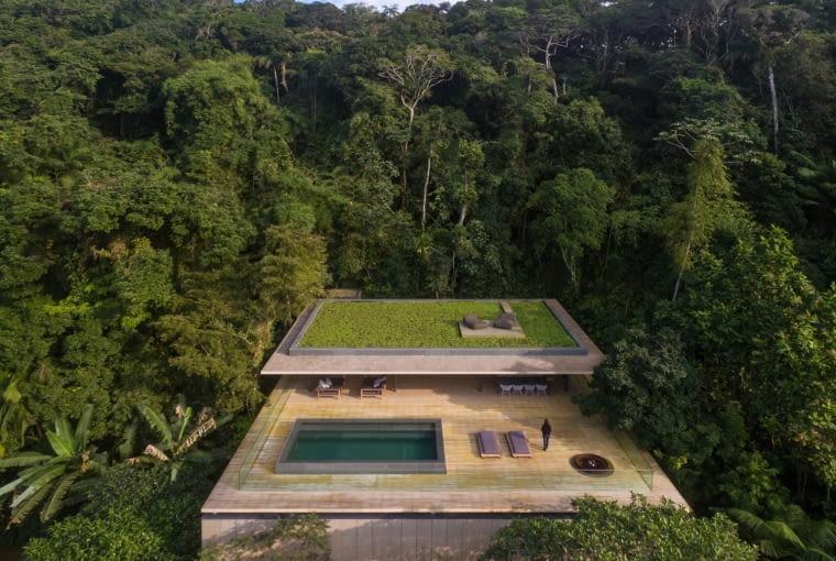 Jungle house, Sao Paulo, Brazylia, proj. studio mk27, nominacja w kategorii budynki zrealizowane, domy jednorodzinne. Położony w środku tropikalnego lasu dom oszałamia pięknymi widokami na otaczającą dziką przyrodę. Wyniesiony do góry taras pozwala cieszyć się mieszkańcom rozległą panoramą oraz otwiera dom na słońce. Naturalne elementy, takie jak drewniana okładzina ścian i tarasu wpisują budynek w zastany kontekst tworząc harmonijną całość z naturą.