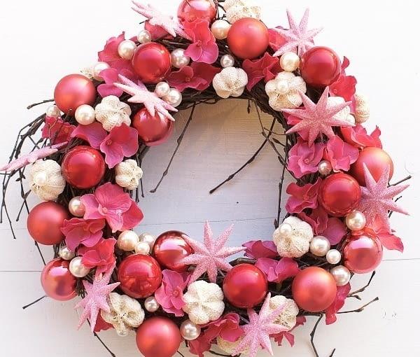Wianki i stroiki bożonarodzeniowe. Tym razem w odcieniach różu - wianek pasowałby pięknie do dziewczyńskiego pokoju w stylu shabby chic? Przed nami adwent i Boże Narodzenie