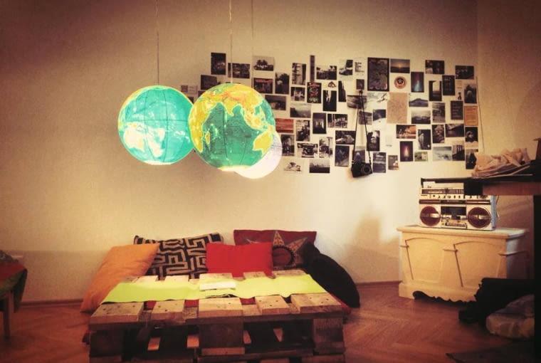 Mapy to modny dodatek do wnętrz. Jeśli nie chcesz wieszać ich na ścianie, przerób swój stary globus na designerską lampę. W tym celu wytnij w nim otwory, umieść w środku żarówkę i doczep sznurek. Możesz też wykonać niewielkie otwory wokół poszczególnych kontynentów. Dzięki temu ich granice będą podświetlone.