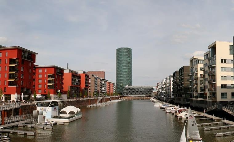 Stolica niemieckich finansów w XX w. chciała być Nowym Jorkiem. Dziś jej mieszkańcy patrzą raczej na położone nad wodą Hamburg i Amsterdam. fot. citypolska.com