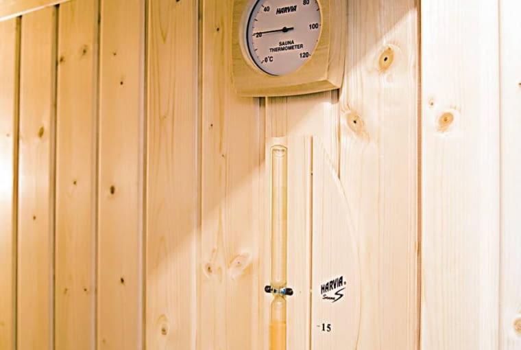 ŁAZIENKA Z SAUNĄ. Kontrola czasu i temperatury jest w saunie niezbędna. Z uwagi na ciepło i dużą wilgotność powietrza do odmierzania czasu wykorzystuje się klepsydrę piaskową.