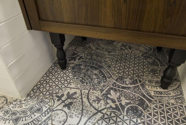 Ozdobna podłoga z szarym wzorem