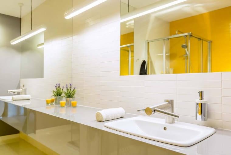 ODBIJAJĄCA SIĘ W LUSTRZE zapalona lampa sprawia, że łazienka jest jaśniejsza. Wtedy możemy ograniczyć liczbę instalowanych opraw. Koło