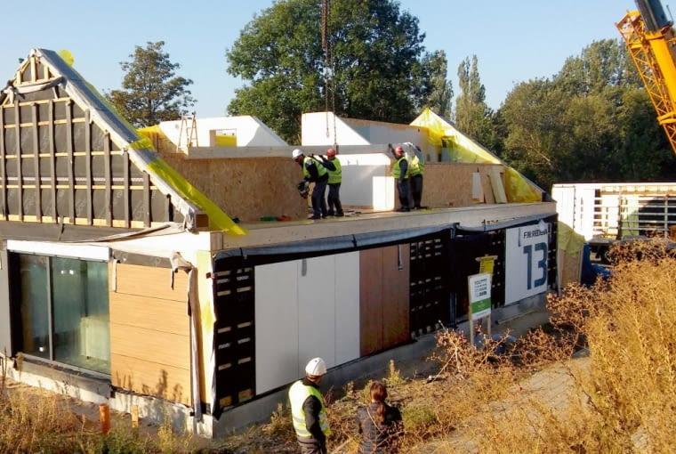 Ściany poddasza są mniejsze, ale tak jak prefabrykaty na parterze, wymagają stabilizacji w trakcie montażu