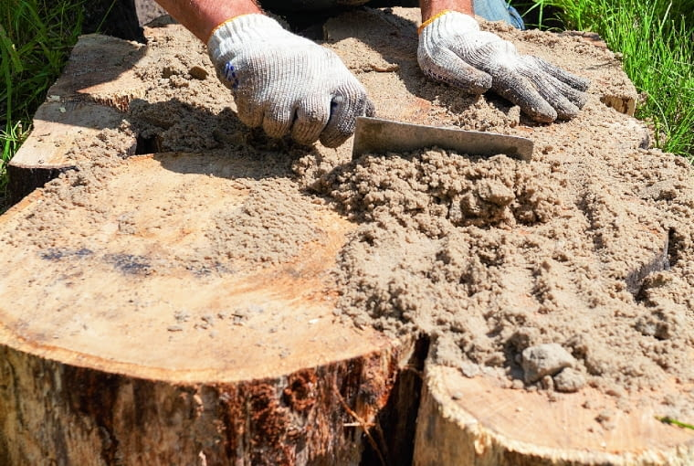 Pieńki nie powinny być układane ściśle (drewno 'pracuje' po deszczu). Odstępy pomiędzy nimi zasypujemy żwirem i piaskiem.