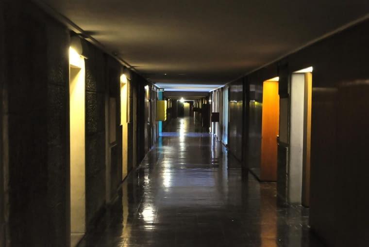 """Jednostka Marsylska, proj. Le Corbusier - """"wewnętrzna ulica"""" czyli korytarz"""
