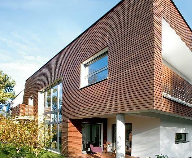 nowoczesny dom, elewacja drewniana, elewacja ogrodowa, taras, słupy