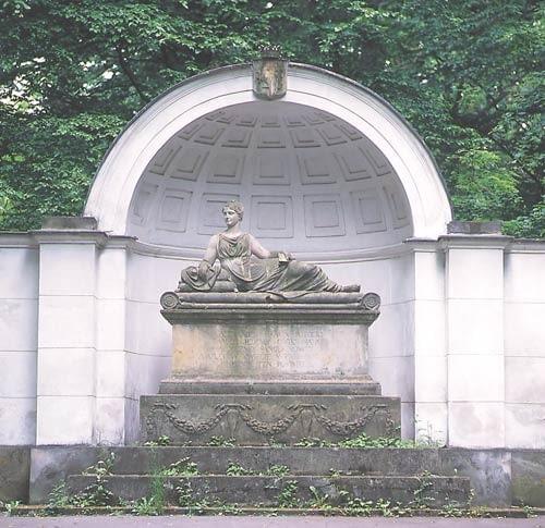 Park Natoliński. Nisza z sarkofagiem i figurą Natalii z Potockich Sanguszkowej