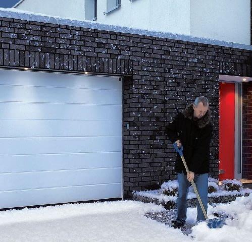 Podjazd przed bramą uchylną warto odśnieżać przed jej otwarciem