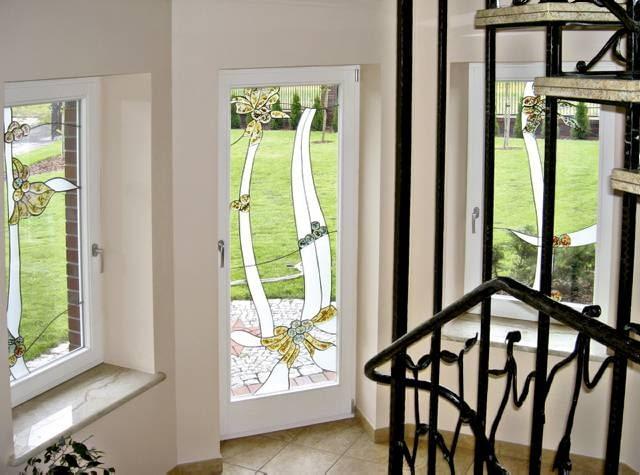 Okno z szybami przezroczystymi, ozdobionymi niewielkimi witrażowymi wstawkami