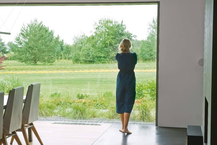 Pejzaż na wyciągnięcie ręki. Dom otacza kilka hektarów dorodnej zieleni. Jej planowo zagospodarowane fragmenty stapiają się z obszarami ukształtowanymi przez naturę.^[4i .x$r