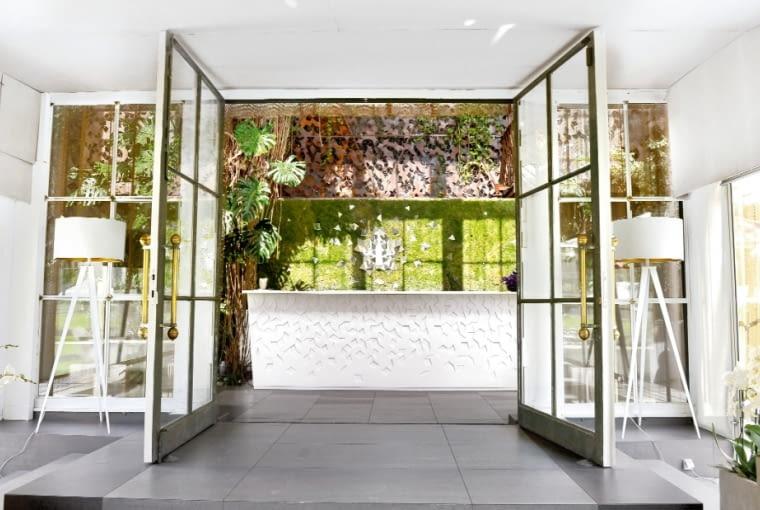 Przy barze z białego corianu. Widok na wnętrze Belvedere od strony ogrodu. Idealna kompozycja kolorystyczna.