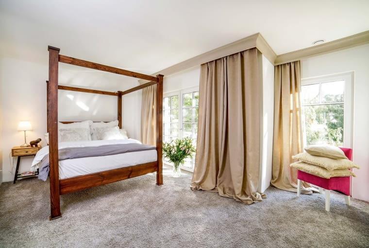 Główna sypialnia, wyposażona w 'królewskie łoże' ma ciepły, przytulny klimat. Efekt ten uzyskano między innymi dzięki starannie dobranym tkaninom oraz miękkiej wykładzinie podłogowej
