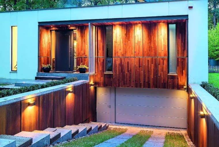 Garaż ulokowany poniżej poziomu gruntu, pozwala wykorzystać całą naziemną część domu na cele mieszkalne, ale trzeba pamiętać o dobrym zabezpieczeniu go przez zalewaniem wodą z opadów atmosferycznych