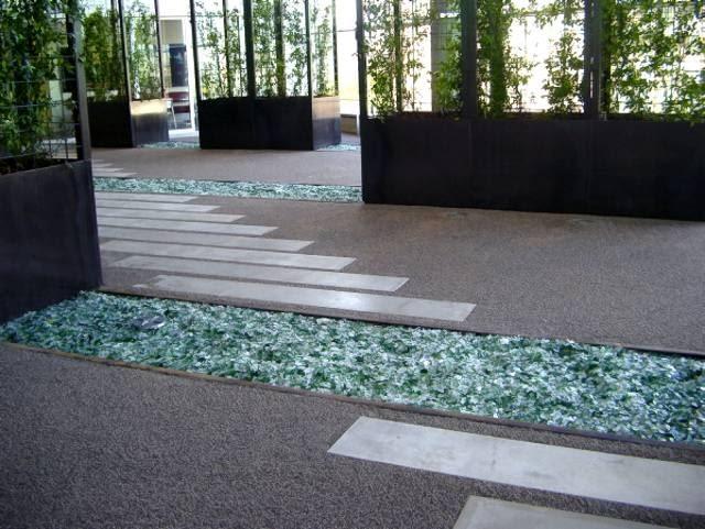 Przepuszczająca wodę i powietrze nawierzchnia TerraWay. Wykonana z mieszanki kruszyw naturalnych, takich jak żwiry, granity, kwarce i bazalty