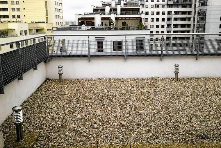 PRZED REALIZACJĄ PROJEKTU na tarasie nie rosła ani jedna roślina, królował na nim beton i żwirowa podsypka, a barierka tylko czekała, by ją przysłonić kwiatami.