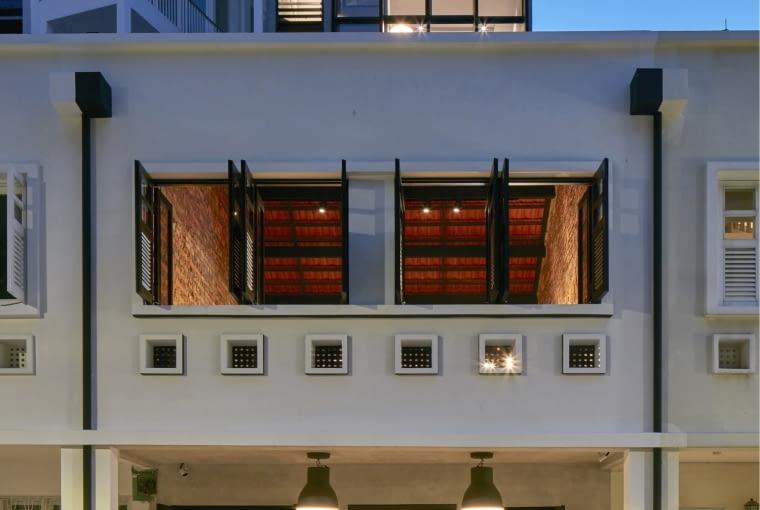 Niven Road Studio, Singapur, proj. WOW Architects, nominacja w kategorii budynki zrealizowane, budynki wielofunkcyjne. Wąska działka ze starym budynkiem zlokalizowanym bezpośrednio przy drodze to duże wyzwanie zarówno projektowe, jak i inżynieryjne. Architekci z pracowni WOW Architects zdecydowali się na kompleksowy remont dawnego obiektu i wycofanie nowej zabudowy w głąb działki, która ma stanowić neutralne tło, dla starej części, która dalej będzie budowała niepowtarzalny klimat uliczki z dawnych czasów.
